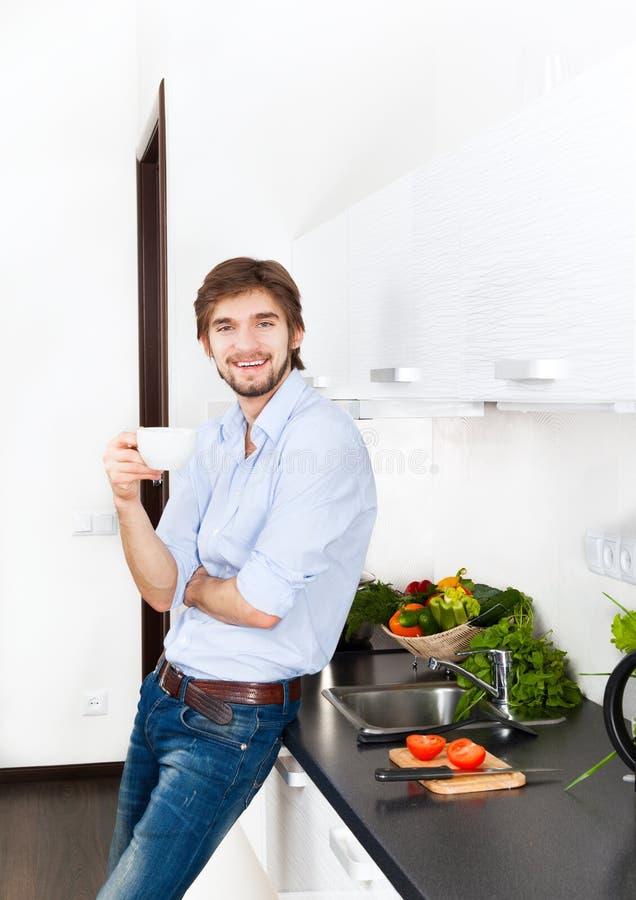 Cocina del hombre joven fotos de archivo