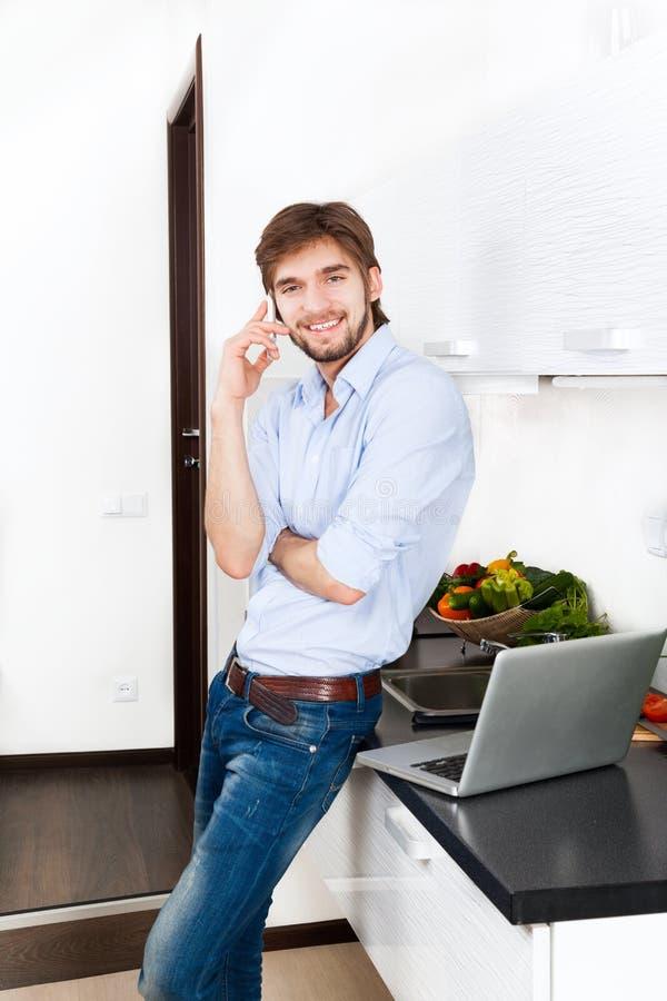 Cocina del hombre joven imagen de archivo