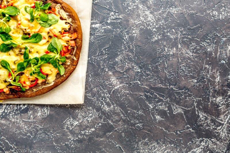 Cocina del restaurante con la pizza que se prepara en la mofa de piedra de la opinión superior del fondo para arriba foto de archivo