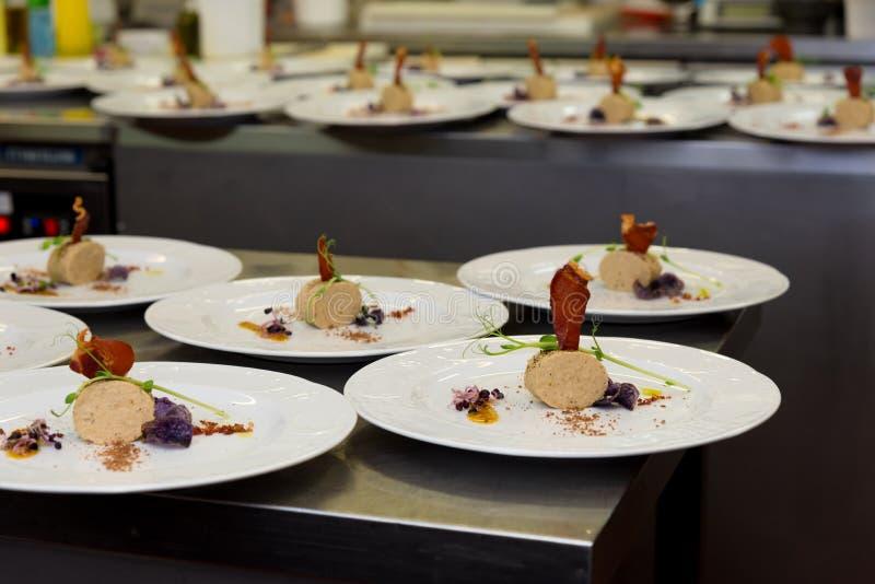 Cocina del restaurante de la comida gastrónoma imagen de archivo