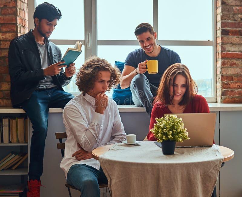 Cocina en dormitorio del estudiante Grupo de estudiantes interraciales contratados a la educación imagen de archivo libre de regalías