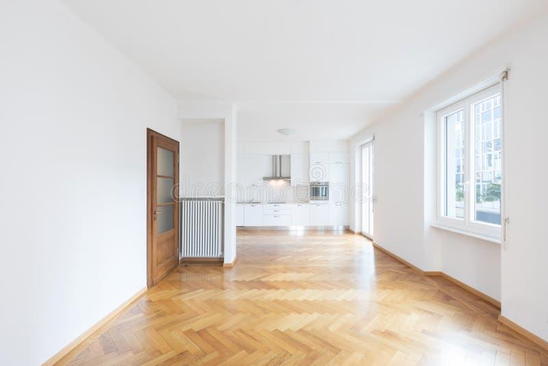 Cocina en espacio abierto nuevamente renovado con los pisos de madera fotos de archivo