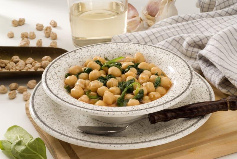 Cocina española. Spinachs con los garbanzos. imagen de archivo