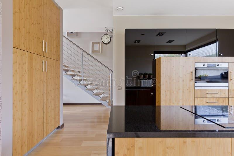 Cocina espaciosa con muebles de madera imagen de archivo libre de regalías