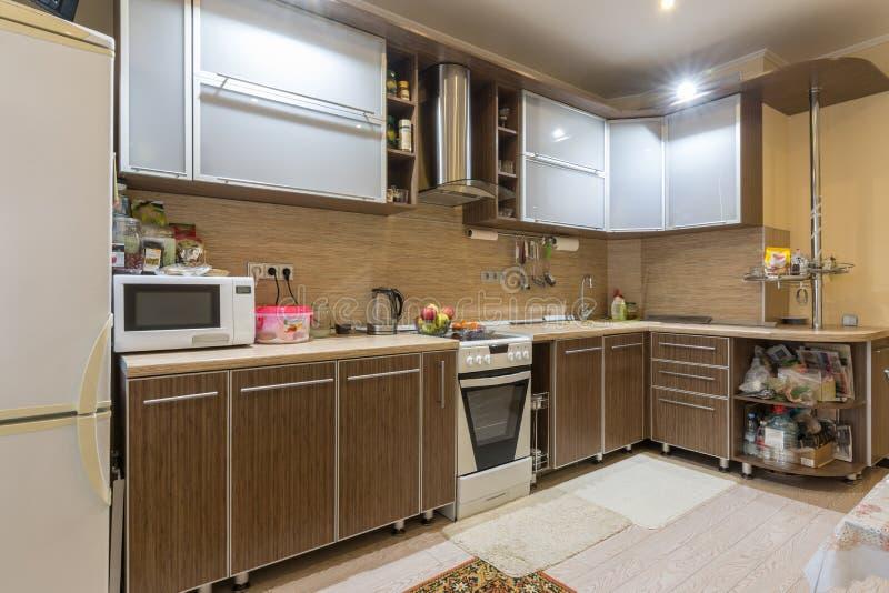 Cocina espaciosa interior en un apartamento residencial fotos de archivo libres de regalías