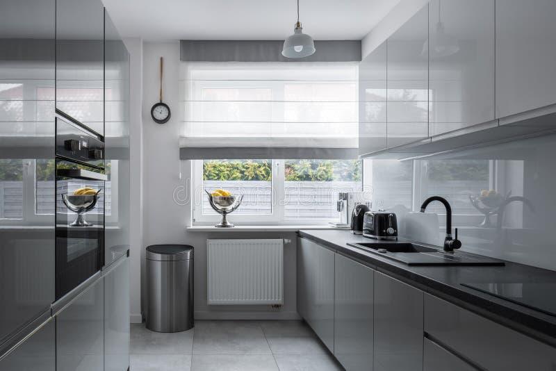 Cocina estrecha con muebles modernos fotografía de archivo libre de regalías