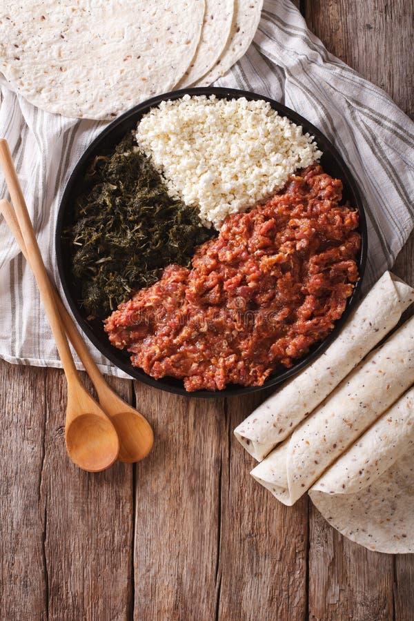 Cocina etíope: kitfo con las hierbas y el queso el top de la vertical compite fotografía de archivo libre de regalías