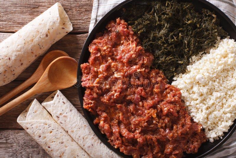 Cocina etíope: kitfo con las hierbas y el queso top horizontal v fotografía de archivo