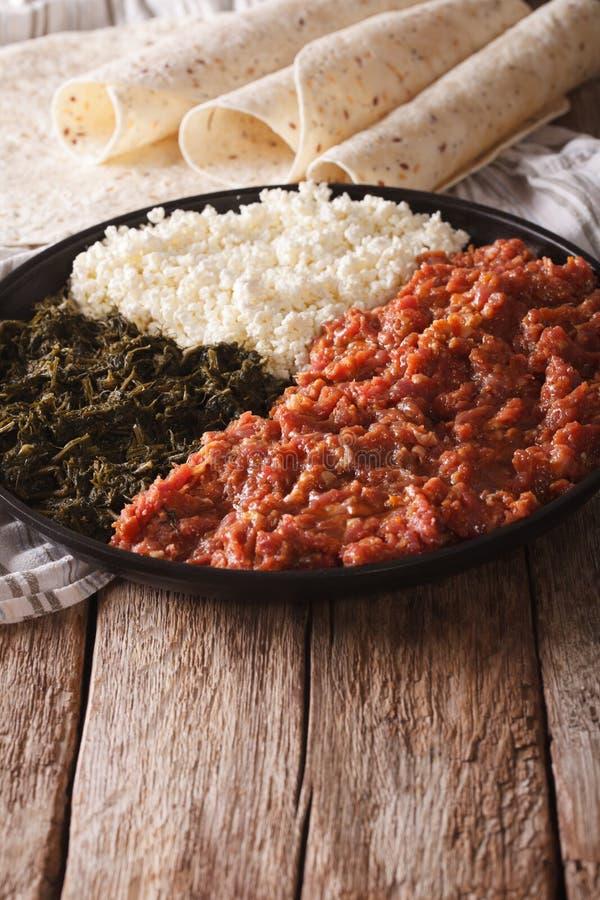 Cocina etíope: kitfo con las hierbas y el queso vertical imagen de archivo libre de regalías