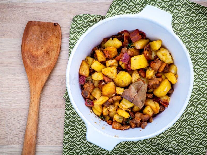 Cocina francesa Lardons - vientre, tocino y cubo cubicados fritos de cerdo foto de archivo libre de regalías