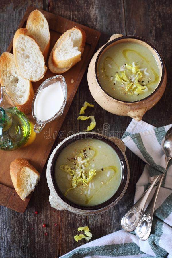 Cocina francesa: potage Choisy Sopa poner crema de la lechuga con arroz imágenes de archivo libres de regalías