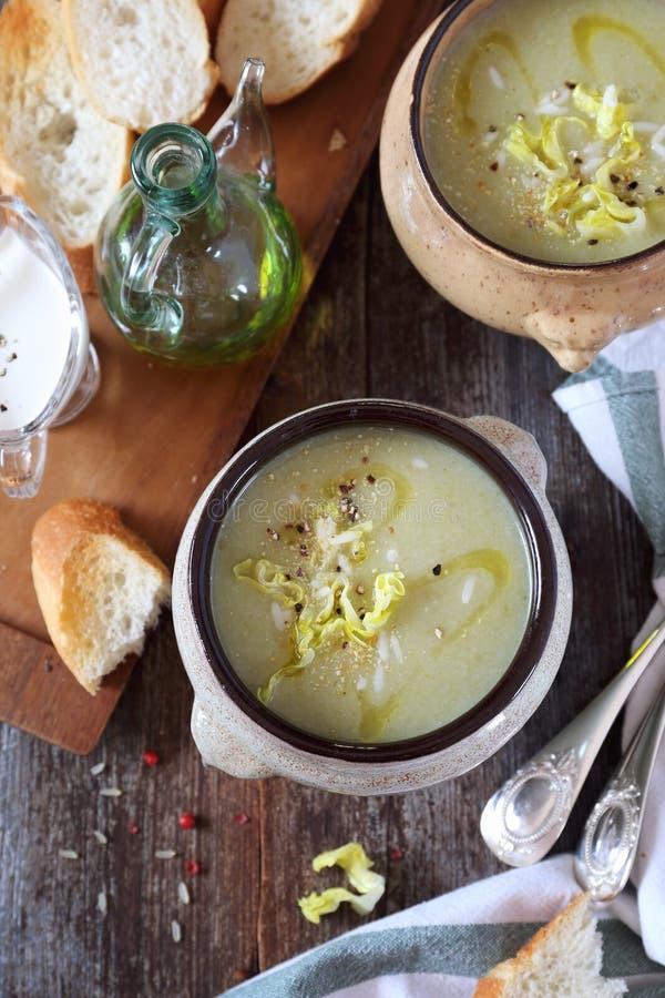 Cocina francesa: potage Choisy Sopa poner crema de la lechuga con arroz imagen de archivo