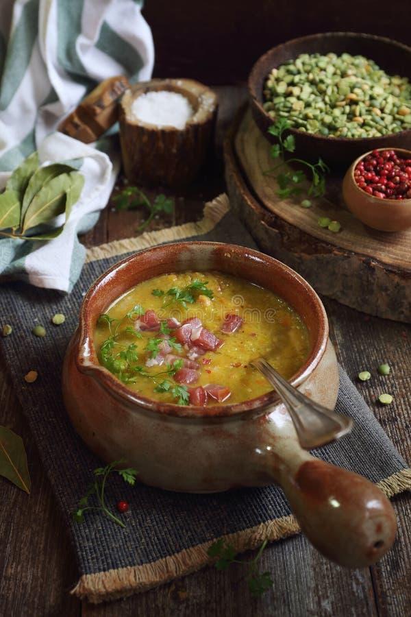 Cocina francesa tradicional: sopa de guisantes fotos de archivo libres de regalías