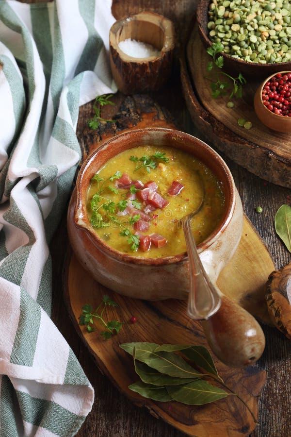 Cocina francesa tradicional: sopa de guisantes Potage St Germain imagenes de archivo
