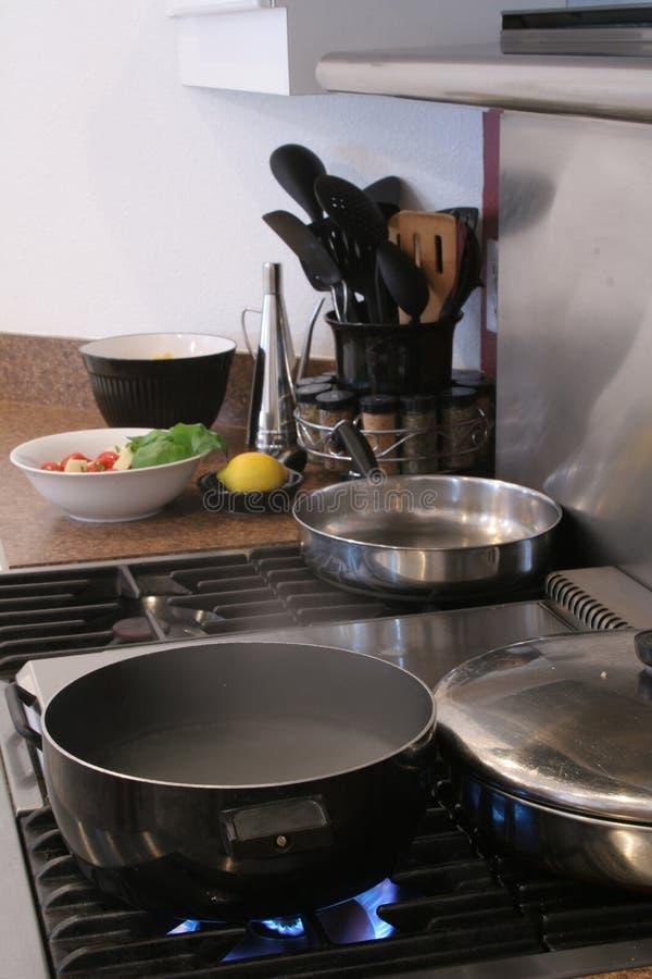 Cocina gastrónoma con el rango de gas imagen de archivo