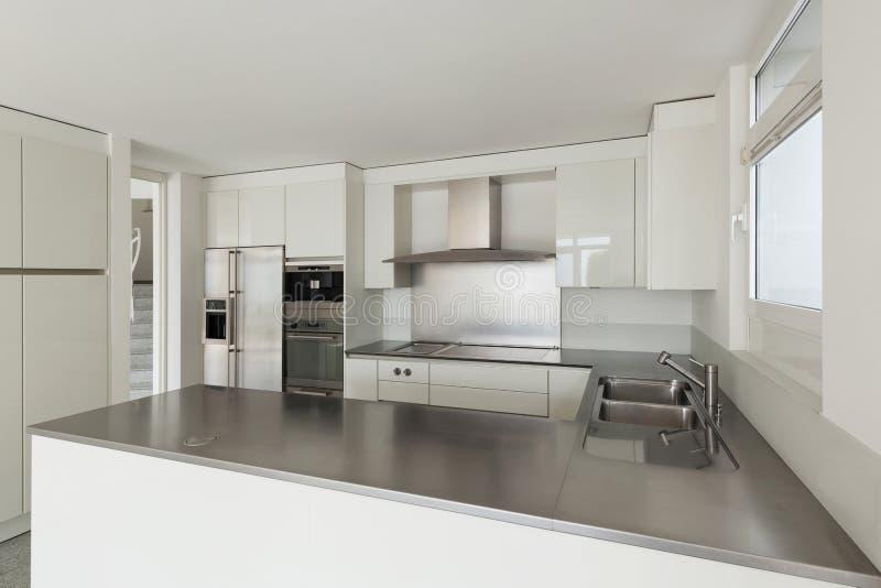 Cocina interior, blanca imagenes de archivo