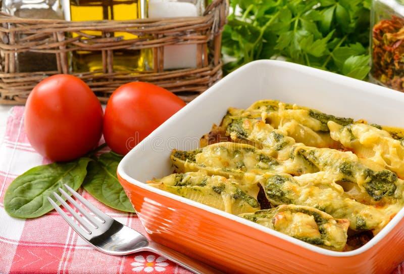 Cocina italiana - cáscaras de las pastas rellenas con la espinaca, ricotta y cocidas con el tomate imágenes de archivo libres de regalías
