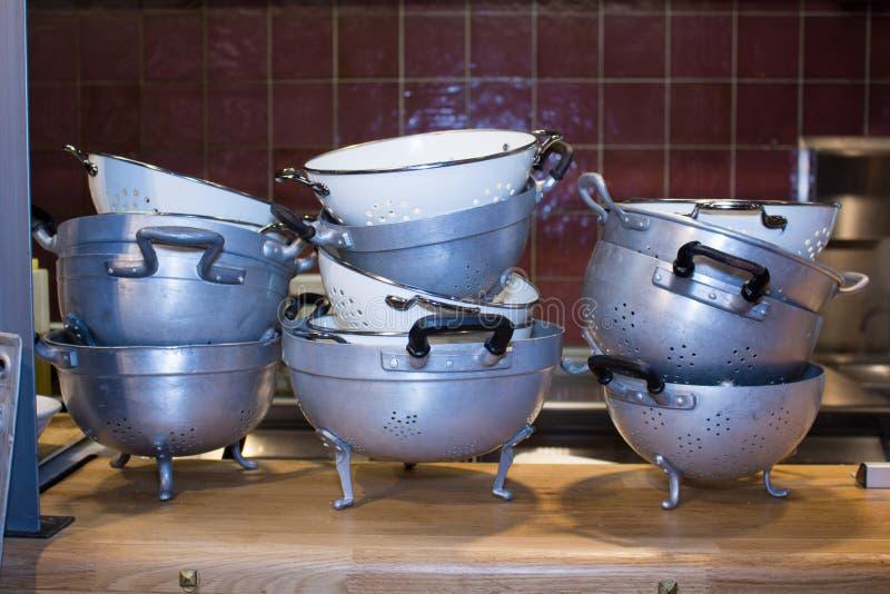 Cocina italiana de los productos italianos típicos del restaurante de la cocina de las cacerolas foto de archivo libre de regalías