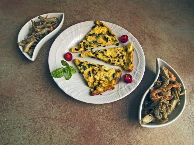 Cocina italiana - tortilla y pescado frito fotografía de archivo libre de regalías