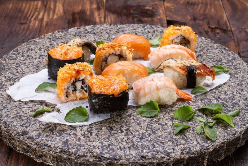 Cocina japonesa - conjunto del sushi fotografía de archivo libre de regalías