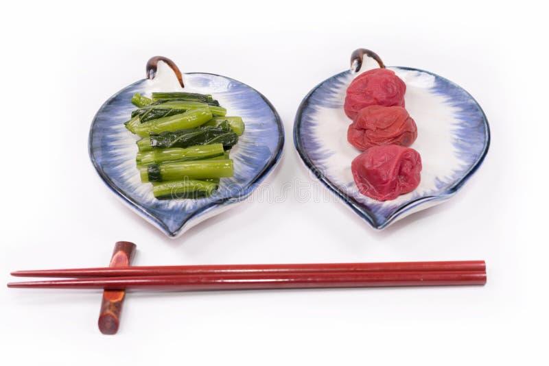 Cocina japonesa, salmuera tradicional de la salmuera del ciruelo de Umeboshi del japonés de verduras tradicionales imágenes de archivo libres de regalías