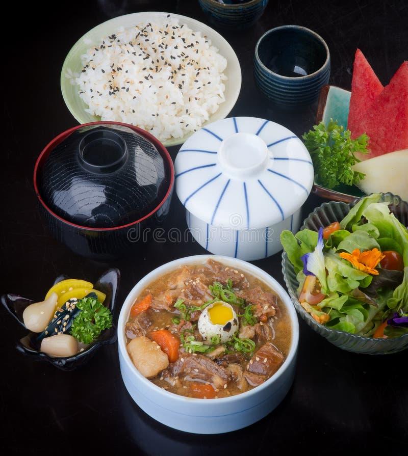 Cocina japonesa sopa de la carne de vaca en el fondo fotos de archivo libres de regalías