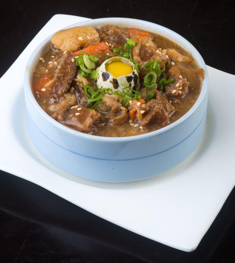 Cocina japonesa sopa de la carne de vaca en el fondo fotografía de archivo libre de regalías
