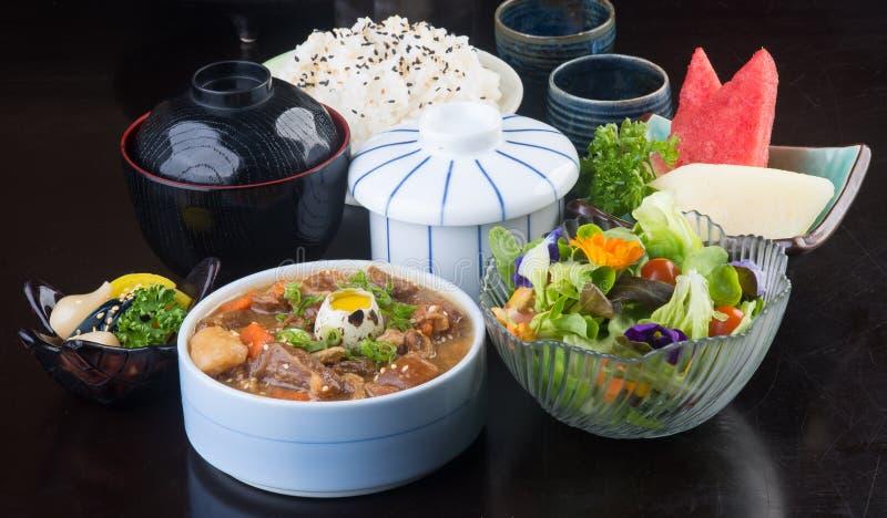 Cocina japonesa sopa de la carne de vaca en el fondo imágenes de archivo libres de regalías