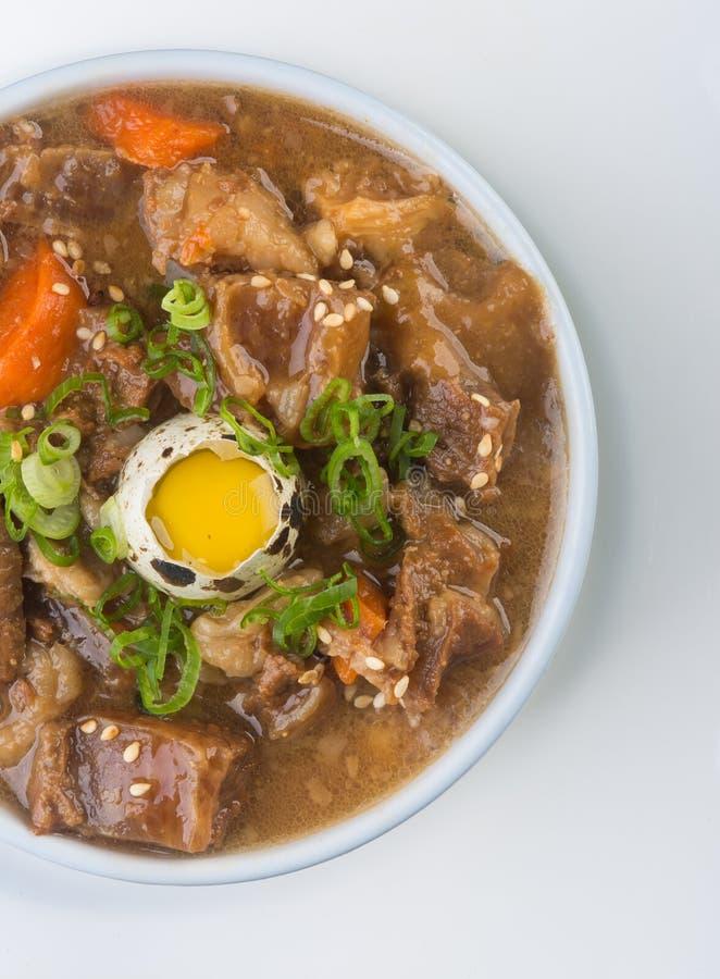Cocina japonesa sopa de la carne de vaca en el fondo imagen de archivo
