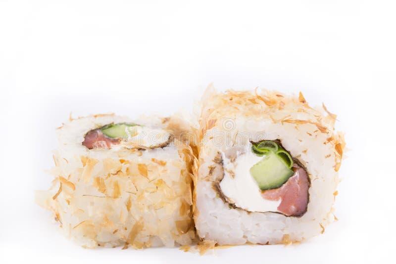 Cocina japonesa, sushi fijado: ruede con las virutas del atún, salmón ahumado, queso cremoso, cebollas verdes, pepino en un fondo fotos de archivo