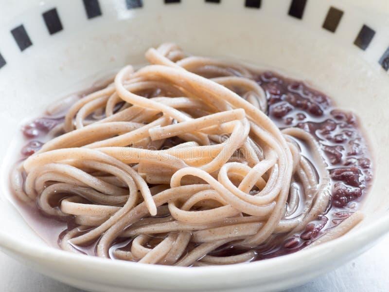 Cocina japonesa, tallarines japoneses del soba en sopa de habas rojas dulce foto de archivo libre de regalías