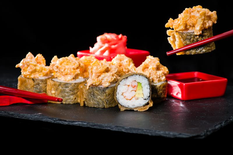 Cocina japonesa tradicional Proceso de comer los rollos de sushi con fotografía de archivo