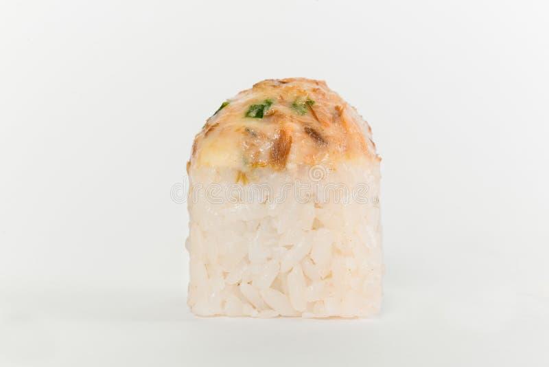 Cocina japonesa Una paz del rollo de sushi en el fondo blanco fotos de archivo