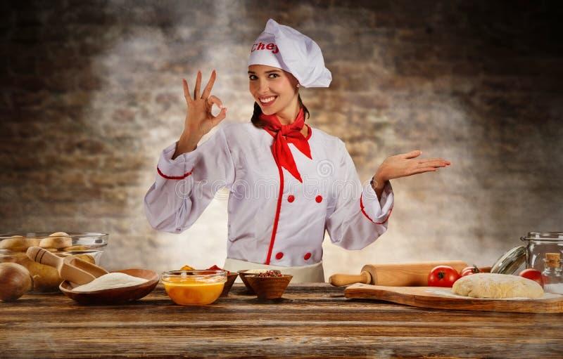 Cocina joven de la mujer del cocinero lista para la preparación de comida fotos de archivo libres de regalías