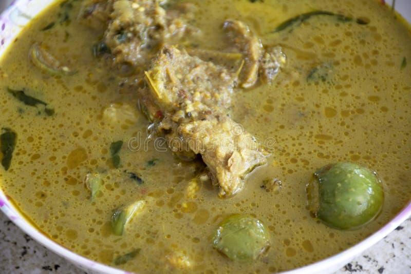 Cocina local tailandesa al estilo sureño Chicken Green Curry con berenjenas verdes en el bol para servir comida de almuerzo a la  fotografía de archivo libre de regalías