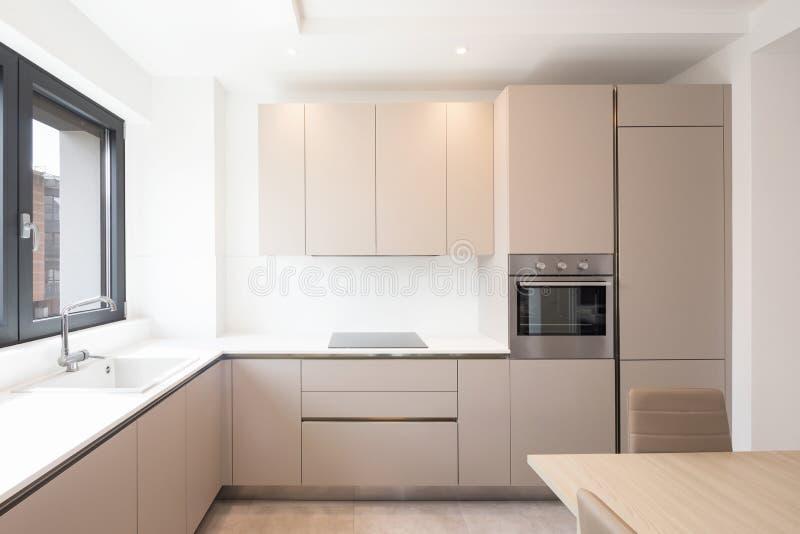Cocina mínima en un apartamento moderno foto de archivo