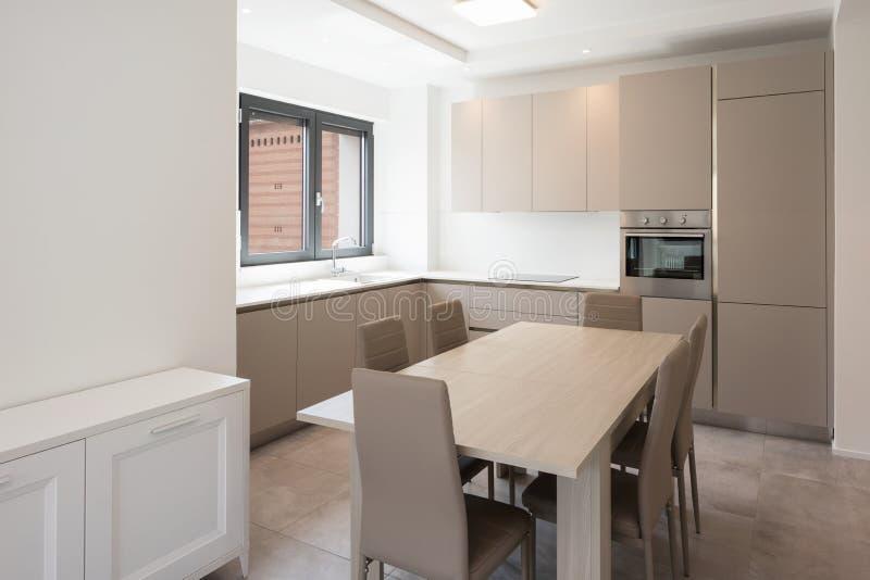 Cocina mínima en un apartamento moderno fotos de archivo