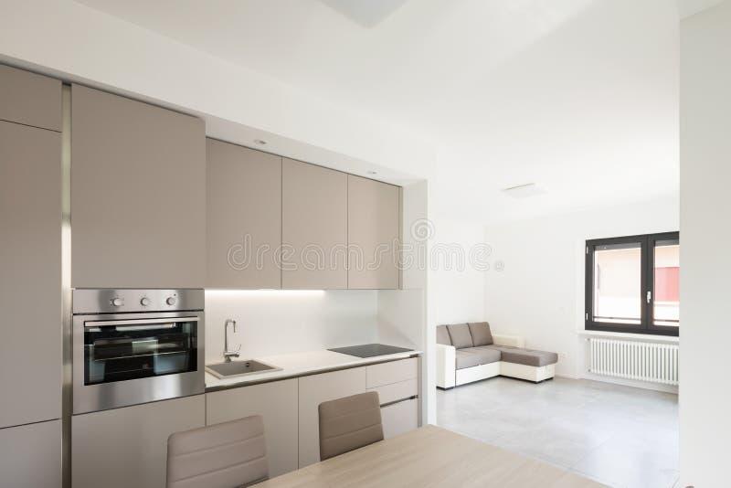 Cocina mínima en un apartamento moderno fotografía de archivo