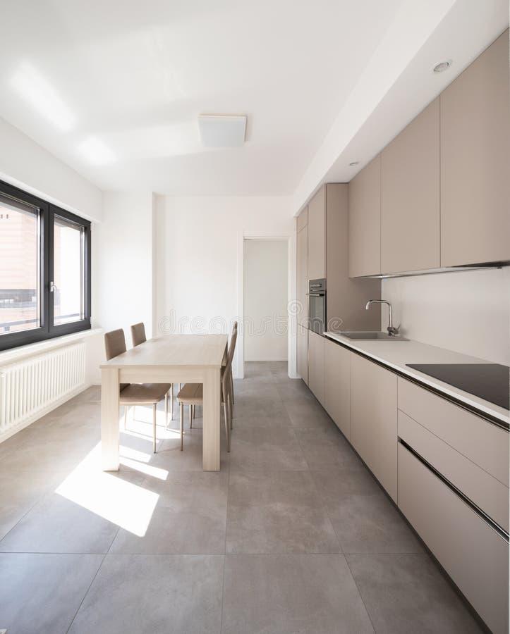 Cocina mínima en un apartamento moderno foto de archivo libre de regalías