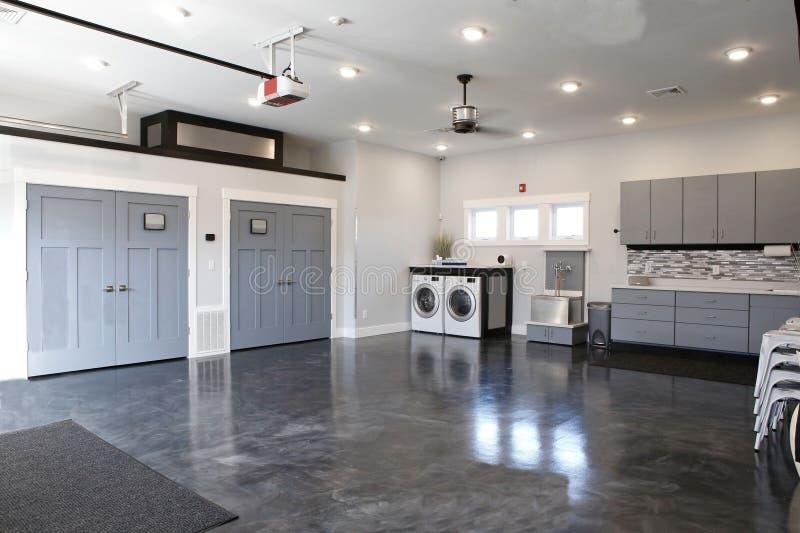 Cocina maravillosa atractiva de los pisos de madera gris oscuro o de los suelos de parqué grises foto de archivo