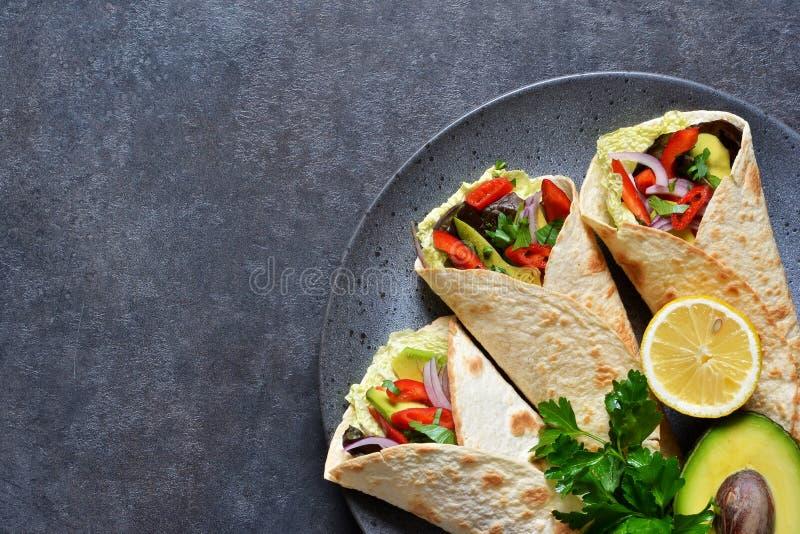 Cocina mexicana clásica Tacos con carne de vaca, el aguacate, el chile y los tomates Visión desde arriba imagen de archivo libre de regalías