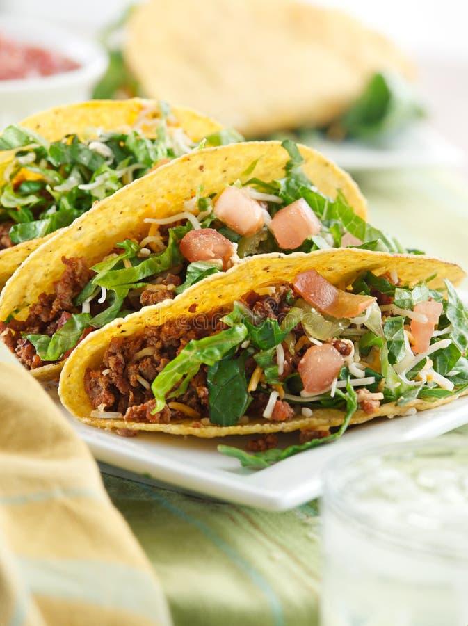 Cocina mexicana - tres tacos de la carne de vaca foto de archivo