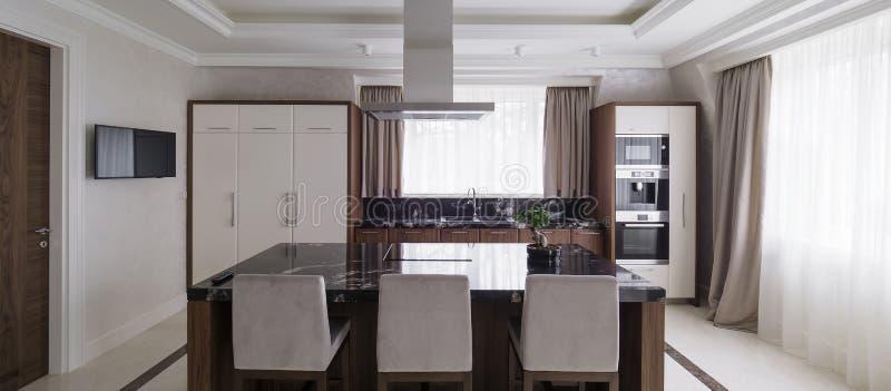 Cocina minimalista moderna con el comedor fotos de archivo