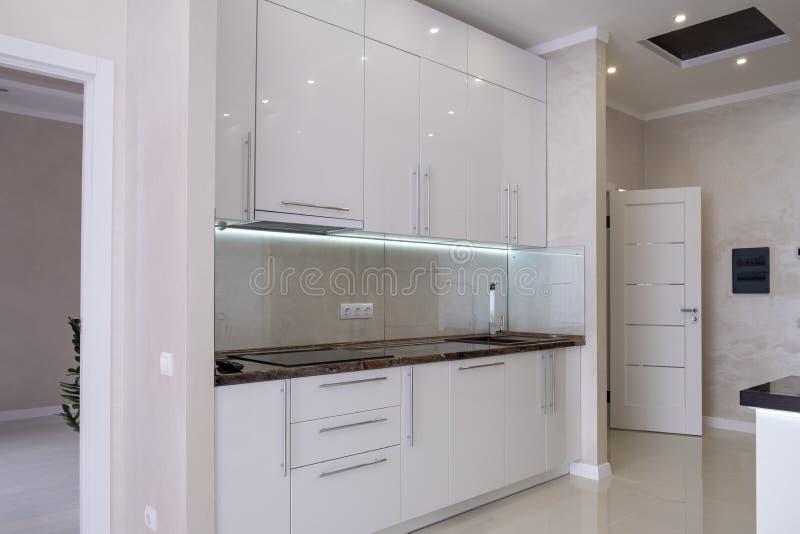 Cocina moderna blanca en una casa con un hermoso dise?o fotos de archivo libres de regalías
