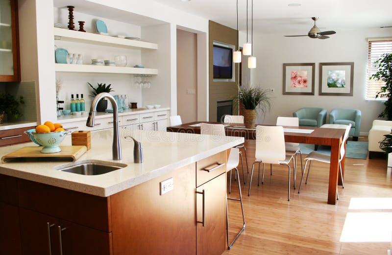 Cocina moderna con área el sentarse y de cena fotos de archivo libres de regalías
