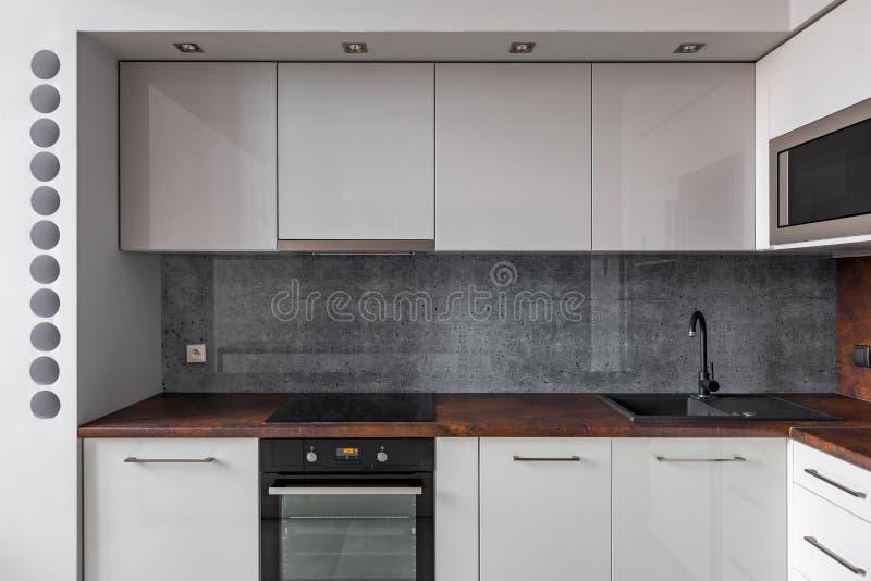 Cocina moderna con el backsplash gris foto de archivo libre de regalías