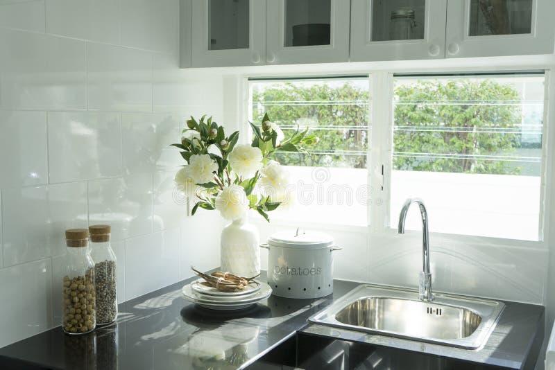 Cocina moderna con el fregadero blanco del worktop fotografía de archivo