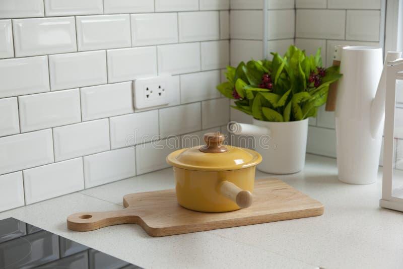 Cocina moderna con el fregadero blanco del worktop foto de archivo