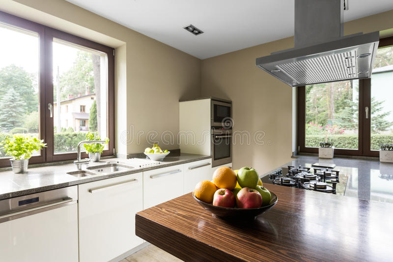 Cocina moderna con el kitchentop de madera imagen de archivo