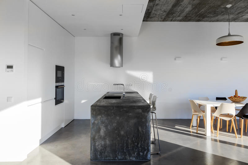 Cocina moderna con el suelo de baldosas gris y la pared for Baldosas cocina